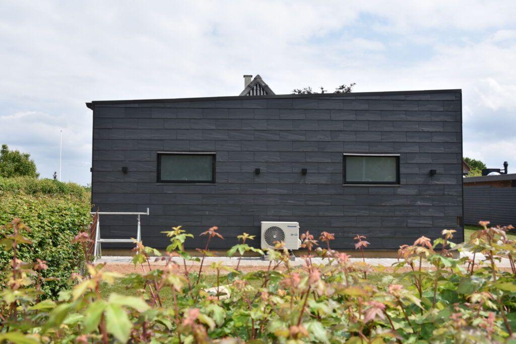 Hus-med-skiferplader-på-ydermuren-tømrerarbejde